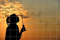 Frau mit Seifenblasen im Sonnenuntergang Fliesenbild