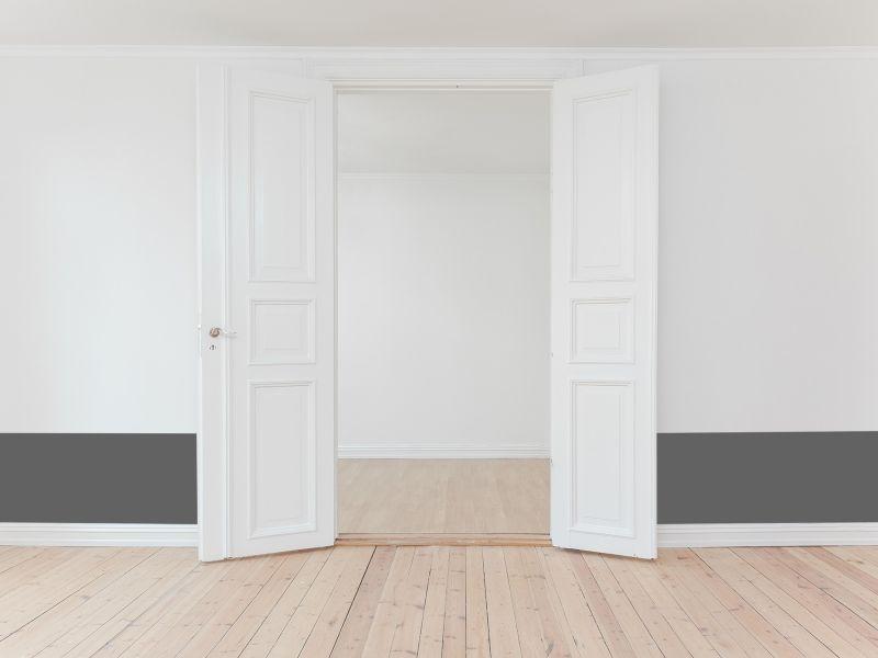 Unsere farbige, ablösbare Wandschutzfolie montiert neben einer Tür