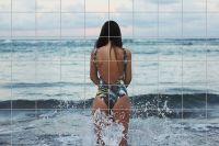 Frau in Brandung am Meer Fliesenbild